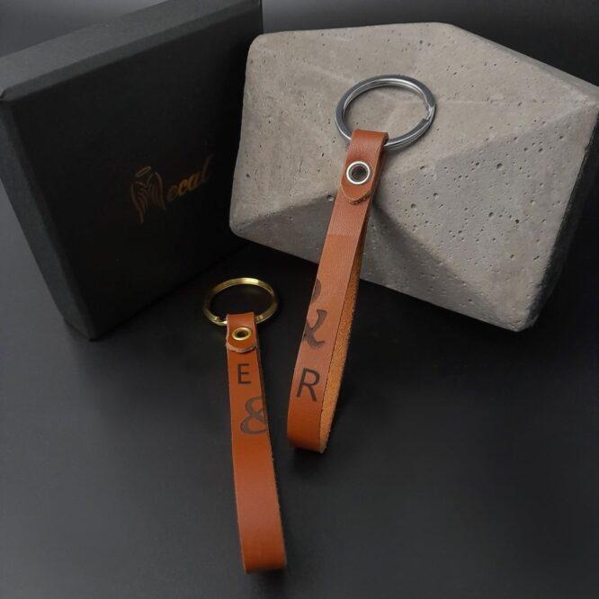 Me1536 – علاقتين مفاتيح جلد بني طبيعي مع حلقة ستانلس ستيل