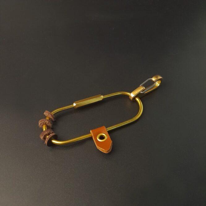 Me1563 – علاقة مفاتيح جلد بني طبيعي مع حلقة نحاس أصلي